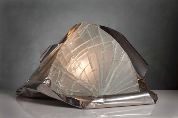 <b>Asimmetria Luminosa</b> - 2016 - 44x65x37 cm | Acciaio inox e cristallo multistrato riciclati, illuminazione a led.