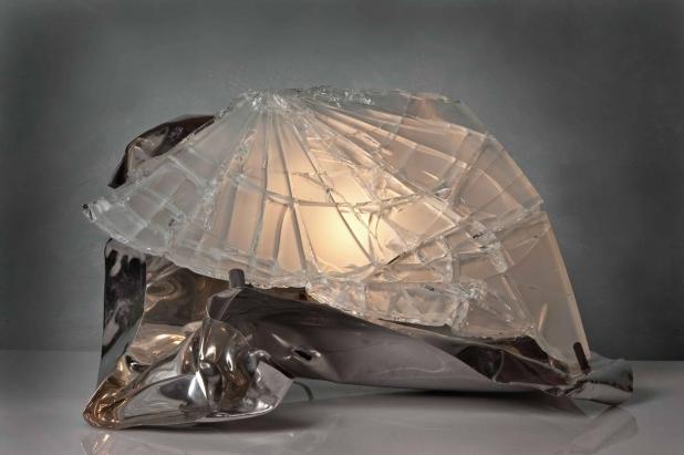 <b>Asimmetria Luminosa</b> - 2016 - 40x59x32 cm | Acciaio inox e cristallo multistrato riciclati, illuminazione a led.