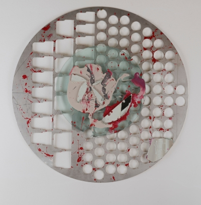 <b>Abbandono consapevole</b>, 2011.</br> Alluminio, vetro e specchio di recupero, vernice. Diametro 71 cm.