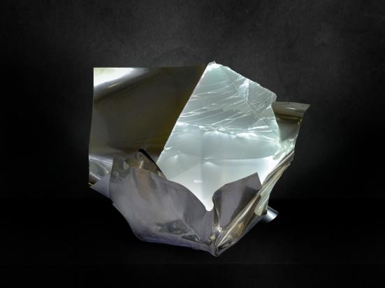 <b>Vivere con ali</b>, 2018, 47x50x47cm.  Acciaio inox e cristallo multistrato riciclati, illuminazione a led.