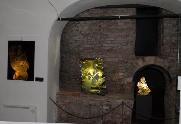 Sculture luminose collocate in sovrapposizione di archi e nicchie