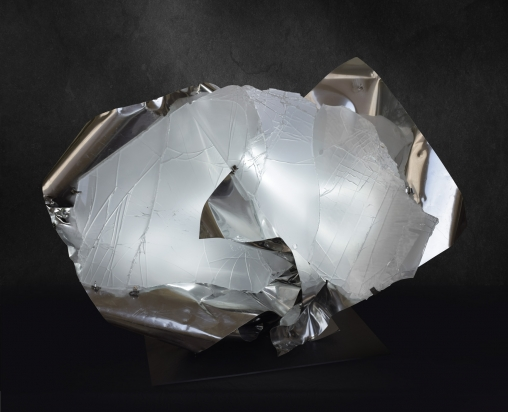 <b>Immagine Innata</b> |  2017 - 104x75x36 cm | Acciaio inox e cristallo multistrato riciclati, illuminazione a led.