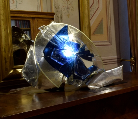 <b>Decostruzione</b> - 2016 - 60x44x65 cm | Acciaio inox e cristallo, vetro riciclati, illuminazione a led.