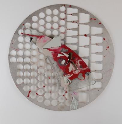 <b>Simboli</b>, 2011.</br> Alluminio, vetro e specchio di recupero, vernice. Diamero 71 cm.