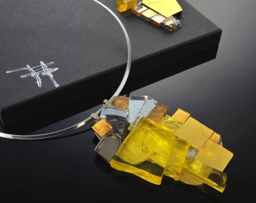 Girocollo in ottone rodiato (Ø 13 cm). Gioiello (9x6cm) in cristallo e specchio su base in argento