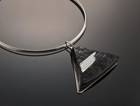 Girocollo in ottone rodiato (Ø 13 cm). Gioiello in vetro e specchio  su base in acciaio con gancio in argento