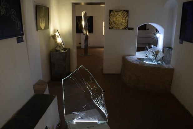 Le opere a parete di Tosini sono illuminate esclusivamente dalle sculture luminose di Franca Franchi