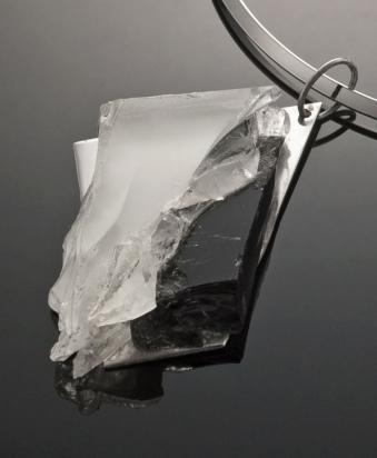 Girocollo in ottone rodiato (Ø 13 cm). Gioiello in cristallo e pasta vitrea e cristallo su base in acciaio con gancio in argento