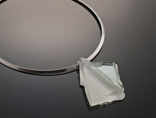 Girocollo in ottone rodiato (Ø 13 cm). Gioiello in pasta vitrea e specchio su base in acciaio e gancio in argento