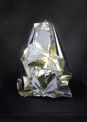 <b>Aprirsi al mistero</b> – 2013/2017 – 42x54x20 cm – acciaio inox, vetro, cristallo, specchio riciclati,  illuminazione a LED.