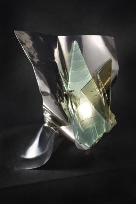 <b>Armonia nell'asimmetria</b> – 2017 - Acciaio inox e cristallo multistrato riciclati, illuminazione a led.