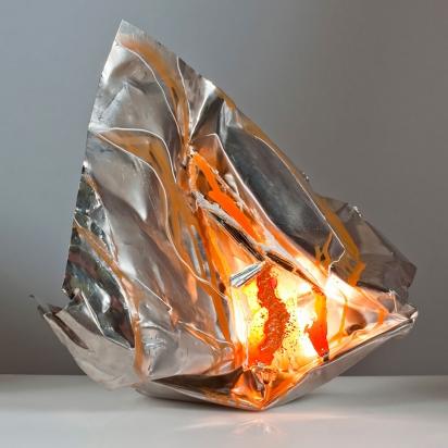 <b>Cavità creativa</b>, 2016.</br> Acciaio inox, vetro e specchio di recupero, vernice, illuminazione LED. 57 x 53 x 25 cm.