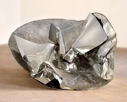 <b>Cavalca l'onda</b>, 2018 - acciaio inox satinato riciclato e a specchio, 164x200x71 cm.