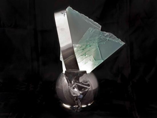 <b>Consapevolezza</b>, 2019.</br>  Acciaio inox e vetro multistrato di recupero, illuminazione LED. 35 x 35 x 20 cm.