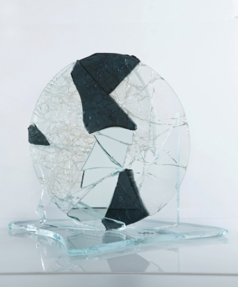 """""""<b>Così è o sembra?</b>"""", 2015 – frammenti di specchio e cristallo su cristallo, su base in cristallo, 47x39x38 cm"""