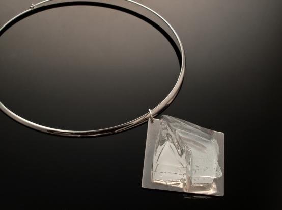 Girocollo in ottone rodiato e argento (Ø 14 cm). Gioiello (5x5x1 cm) cristallo e acciaio