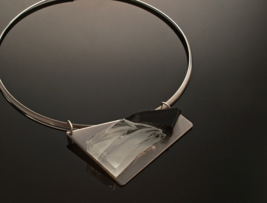 Girocollo in ottone rodiato e argento (Ø 14 cm). Gioiello (8x5x1 cm) cristallo e acciaio