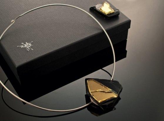 Girocollo in argento (Ø 15 cm). Gioiello (4x5x2 cm) cristallo e ottone rodiato. Cofanetto con logo e richiamo del gioiello.