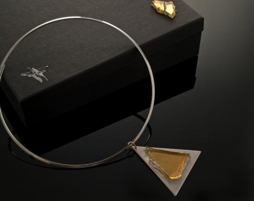 Girocollo in ottone rodiato e argento (Ø 14 cm). Gioiello (5x6x1 cm) cristallo e acciaio. Cofanetto con logo e richiamo del gioiello.