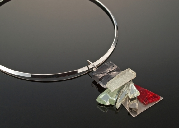 Rhodium plating necklace (Ø 13 cm). Jewel (6x4cm): mirror, vitreous paste and glass on steel base