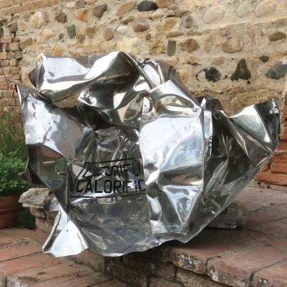 <b>Diventa chi sei</b>, 2018. </br> Acciaio inox di recupero.  106 x 70 x 83 cm.