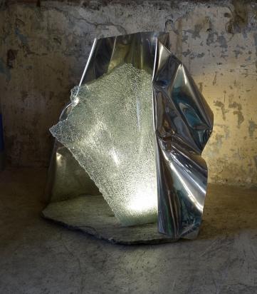 <b>Entrare Fuori</b> - 2018. Acciaio, cristallo riciclato, pietra, illuminazione led. Scultura anche per esterno. 94 x 95 x 79 cm
