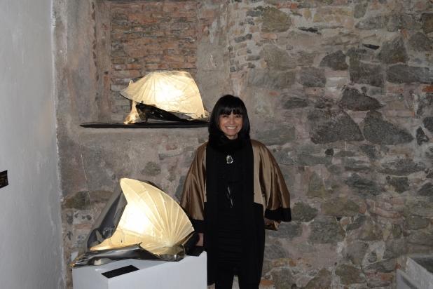 L'Artista Franca Franchi accanto a due sculture luminose