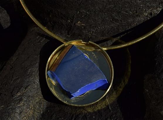 Gioiello - smalto veneziano (pasta vitrea) e ottone, Ø 5 cm. Girocollo - ottone (Ø variabile).