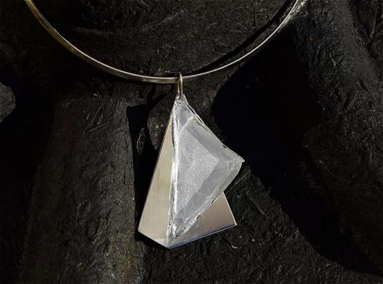 Girocollo in ottone rodiato (Ø 14 cm). Gioiello in cristallo su base in acciaio e gancio in argento