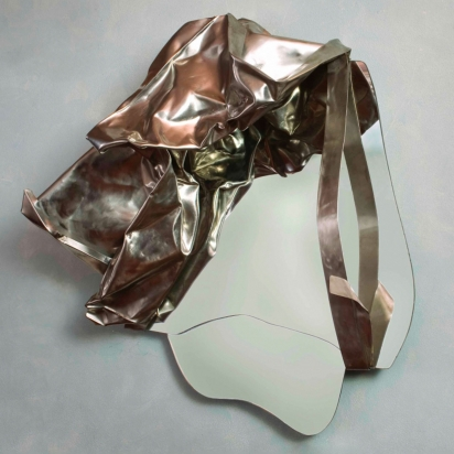 <b>Affrettati lentamente</b>, 2019.  </br>Specchiera Scultura. Acciaio inox di recupero e specchio tagliato a mano. 71 x 79 x 33 cm.