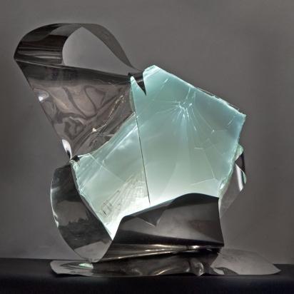 <b>Le intuizioni arrivano... non le facciamo noi</b>, 2017.</br>  Acciaio inox e vetro multistrato di recupero, illuminazione LED.  52 x 53 x 43 cm.