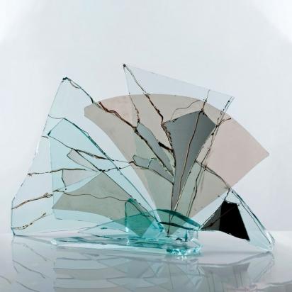 <b>Imparare a vivere</b>, 2015.</br>  Vetro, cristallo e specchio di recupero, vernice.  75 x 50 x 23 cm.