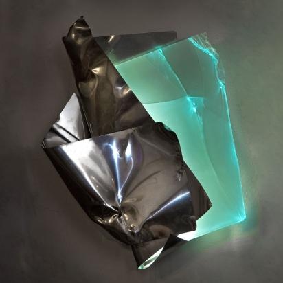 <b>La pienezza del nulla</b>, 2019.</br>  Acciaio inox e vetro multistrato di recupero, illuminazione LED.  59 x 68 x 20 cm.