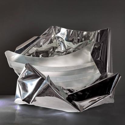 <b>La risata zen</b>, 2017.</br> Acciaio inox, alluminio e vetro di recupero, illuminazione LED. 71 x 55 x 50 cm.
