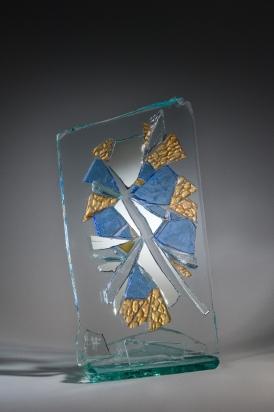 """""""<b>Leggerezza</b>"""", 2011 – frammenti di specchio e vetro su cristallo con base in cristallo, 34x63x30cm"""