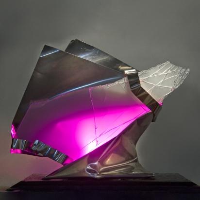 <b>Omaggio agli antenati protettori</b>, 2017.</br>  Acciaio inox e vetro multistrato di recupero, illuminazione LED con variazione di colore. 78 x 64 x 51 cm.
