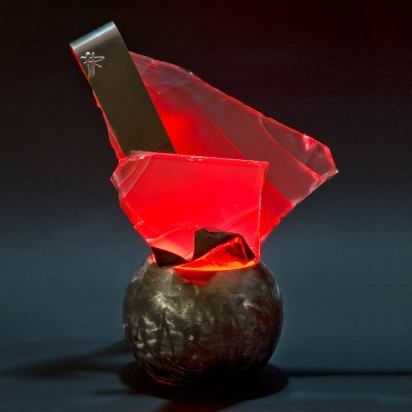 <b>Pazienza</b>, 2019.</br>  Acciaio inox e vetro multistrato di recupero, illuminazione LED di colore rosso. 25 x 31 x 15 cm.