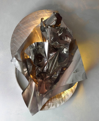 <b>Piegare e spiegare</b> |  2018. Scultura luminosa a parete. Acciaio a specchio e satinato riciclato, illuminazione led. 60x90x43 cm.