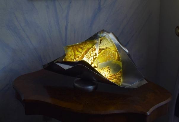 <b>Presenza nella realtà</b> - 2017 - 76x36x53 cm | Acciaio inox e cristallo multistrato riciclati, pigmento oro, illuminazione a led.