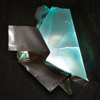 <b>Ricomincia sempre</b>, 2019.</br>  Acciaio inox e vetro multistrato di recupero, illuminazione LED. 62 x 64 x 42 cm.
