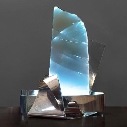 <b>Sostegno invisibile</b>, 2017.</br>  Acciaio inox e vetro multistrato di recupero, illuminazione LED. 48 x 62 x 37 cm.