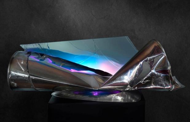 <b>Sovrapposizioni formative</b>, 2018.</br> Acciaio inox e vetro multistrato di recupero,  doppia illuminazione LED con variazione di colore. 103 x 35 x 53 cm.