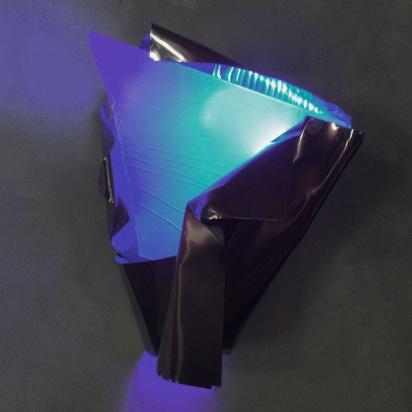 <b>Senti di più, pensa di meno</b>, 2019.</br>  Acciaio inox e vetro multistrato di recupero, illuminazione LED di colore blu.  55 x 78 x 58 cm.