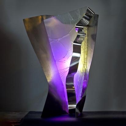 <b>Taiko</b>, 2017.</br> Acciaio inox e vetro multistrato di recupero, doppia illuminazione LED con variazione di colore. 53 x 78 x 27 cm.