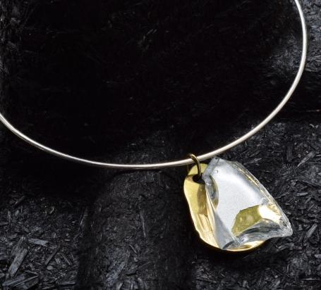 Girocollo in argento (Ø 15 cm). Gioiello (4x5x1 cm) cristallo e bronzo