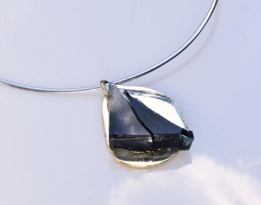 Girocollo in argento (Ø 15 cm). Gioiello (4x5x1 cm) cristallo, specchio e bronzo