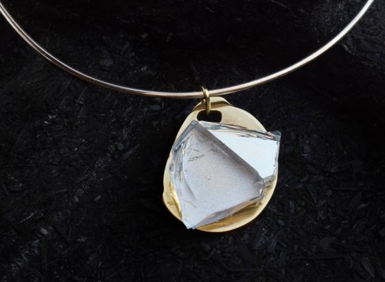 Girocollo in argento (Ø 15 cm). Gioiello (3x5x1 cm) cristallo, specchio e bronzo