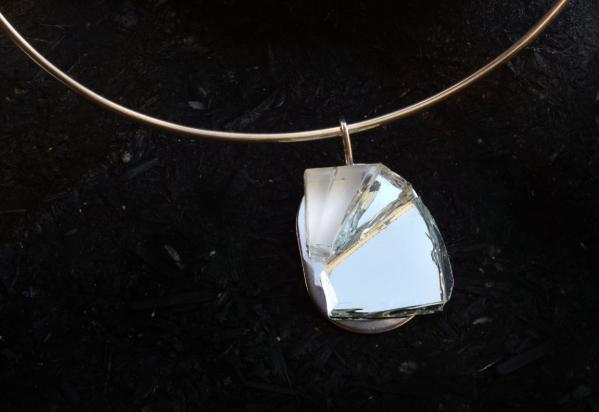 Girocollo in argento (Ø 15 cm). Gioiello (3x3,5x1 cm) cristallo, specchio e acciaio
