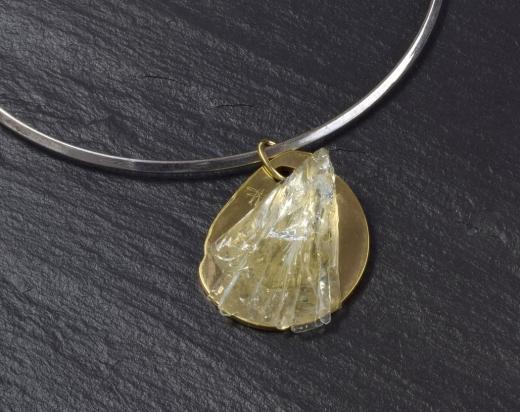 Girocollo in ottone rodiato e argento (Ø 14 cm). Gioiello (4x5x2 cm) cristallo e bronzo