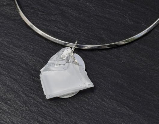 Girocollo in ottone rodiato e argento (Ø 14 cm). Gioiello (4x4x1 cm) cristallo e acciaio